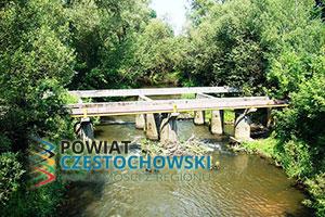 Pozostałości mostu kolei wąskotorowej w Kolonii Poczesnej - Waraciła / Wikipedia / CC BY-SA 3.0