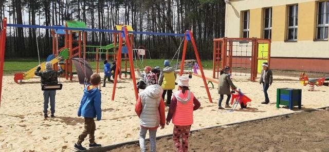 Wielka radość najmłdoszych uczniów SP nr 1. Otwarto szkolny plac zabaw wydbudowany w ramach BLBO 2021.