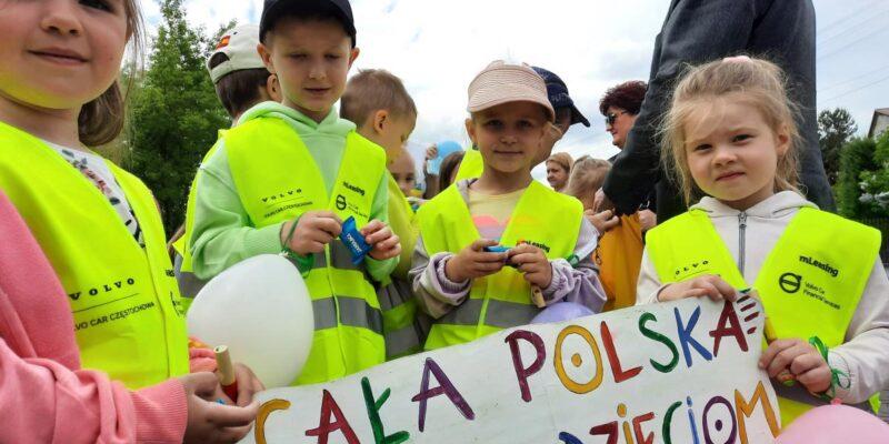 """Barwny korowód przemaszerował ulicami Poczesnej w ramach kampanii """"Cała Polska czyta dzieciom""""."""
